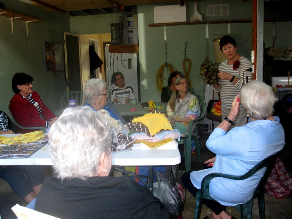 Jo_talking_with_Sally_Margaret_Bea_Diane_Stella_Pat_Anne_of_Sunshine_Coast_Rug_Crafters